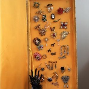Assorted vintage brooches,